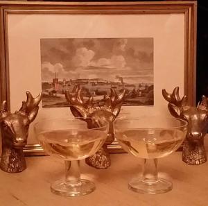 Weihnachtliche Deko mit einem Glas Punsch