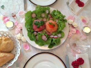 Anrichtungsvariante: Mozzarella-Kugeln im Salatbett