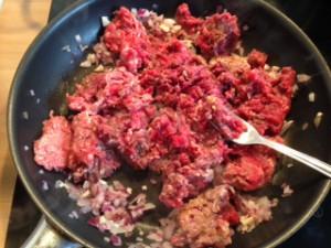 Zutaten für die Moussaka: Hackfleisch, Zwiebel + Knoblauch