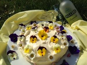 Kaffeetafel mit Frühlingskarottenkuchen und Limoncello