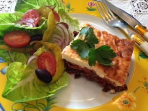 fertige Moussaka mit Salat