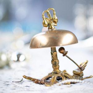 Eine Glocke, die zu Tisch ruft