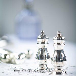 Glänzendes Set mit Pfeffer und Salz