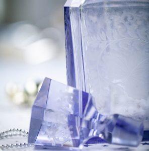 Blaue Kristallflasche mit Gravur