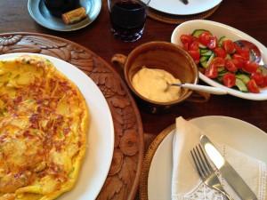 Fertiges Essen Tortilla, Knoblauch-Mayonnaise und Gurke-Tomaten-Salat