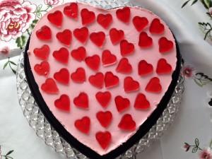 Fertige Torte mit dekorativen Gelee-Herzen