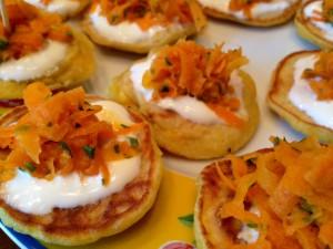 Fertige Sonnentaler - Mais-Pancakes mit Sauerrahm und Karotten-Koriander-Salat