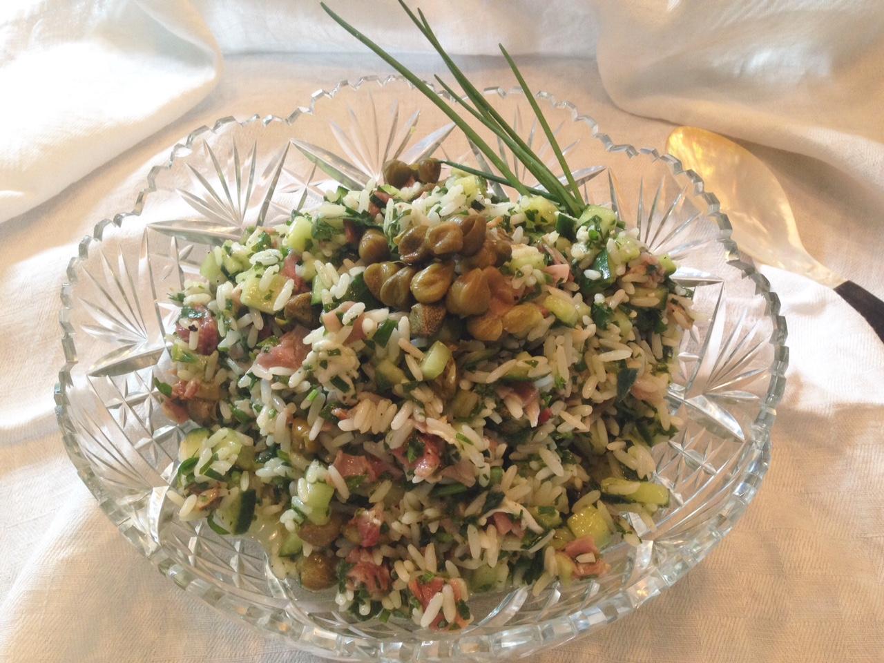 Reissalat in einer Variante mit Gurke und Schinken