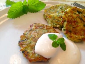 Saftige Zucchinipuffer mit Knoblauch-Cumin-Sauerrahm