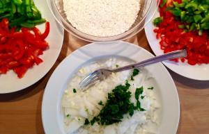 Zwiebeln, Paprika & Petersilie kleingeschnitten