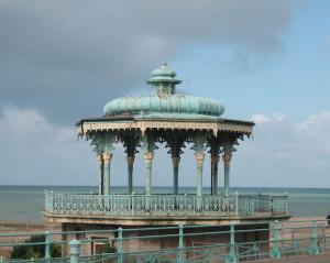 Mit ganz eigenem Charme: ein Pavillon an der Strandpromenade