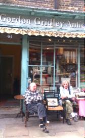 Shopbesitzer beim täglichen Austausch