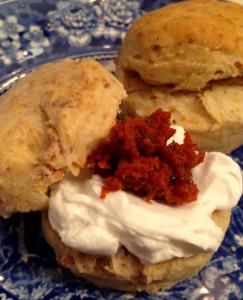Röstzwiebel-Scones mit Ziegenfrischkäse und 'Tomaten-Confit'