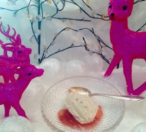 Frostig-fruchtige Genüsse: Piment-Eis mit Pflaumen-Portwein-Sauce