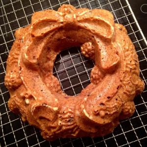 Kuchen aus der Backform stürzen und auf einem Kuchengitter auskühlen lassen