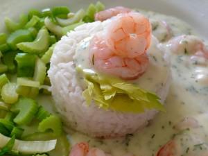Garnelen in Sauerrahm-Dill-Sauce mit Selleriegemüse und Basmati Reis