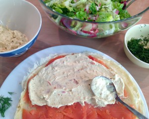 Apfel-Curry-Dip auf dem Wildlachs und den Pfannkuchen verteilen