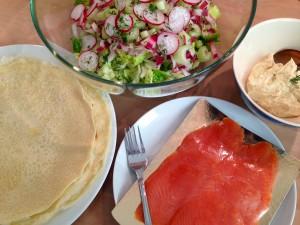 Zutaten für herzhafte Pfannkuchenrollen mit geräuchertem Lachs und Apfel-Curry-Frischkäse