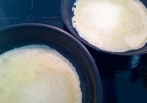 Pfannkuchen in großen Pfannen backen - am besten in zwei, dann geht es schneller