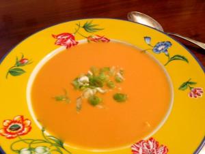 Lactosefreie Suppe mit Kokosmilch und Süßkartoffeln, garniert mit Frühlingszwiebeln