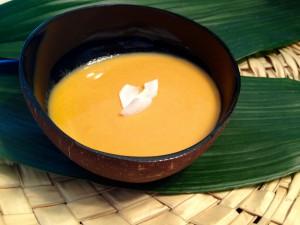 Süßkartoffelsuppe mit Kokosmilch garniert mit Kokoschips