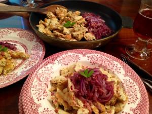 Fertig: salziger Kaiserschmarrn mit Rote-Zwiebel-Gemüse