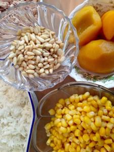 Zutaten: Reis, Mais, Pfirsiche und Pinienkerne