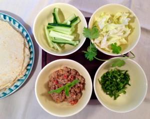 Kokosmilch-Hackfleisch, Gurke, Koriander, Eisbergsalat & Kokospfannkuchen