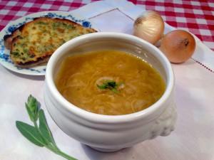 Zwiebelsuppe mit geröstetem Kräuter-Käse-Brot