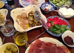 Reich gedeckter Tisch für ein schnell zubereitetes Sommeressen