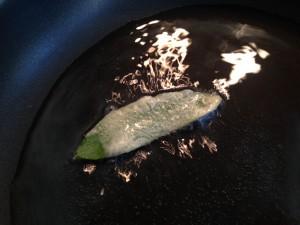 Salbeiblätter in heißem Öl