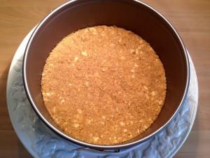 Tipp: Bröselboden direkt auf Kuchenplatte verteilen