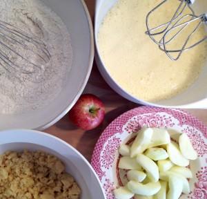 Äpfel und Zutaten für die Streusel