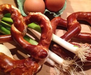 Grundzutaten für die Knödel: Brezen, Frühlingszwiebel & Eier