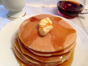 Amerikanisches Frühstück - Pancakes mit Ahornsirup