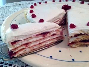 Ein Stück Glück: Pfannkuchen-Torte mit Vanillequark und Preiselbeeren