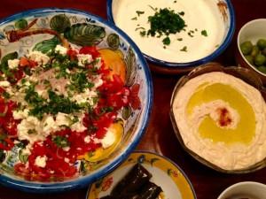 Paprika Schafskaese Salat Joghurt Dip Hummus und Oliven