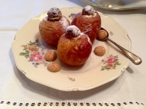 Bratäpfel gefüllt mit Marzipan, Amarettini und getrockneten Heidelbeeren