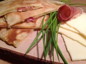 Pfannkuchen gefüllt mit Schwarzwälder Schinken und Käse