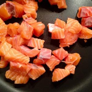 Lachswürfel für die Sauce anbraten