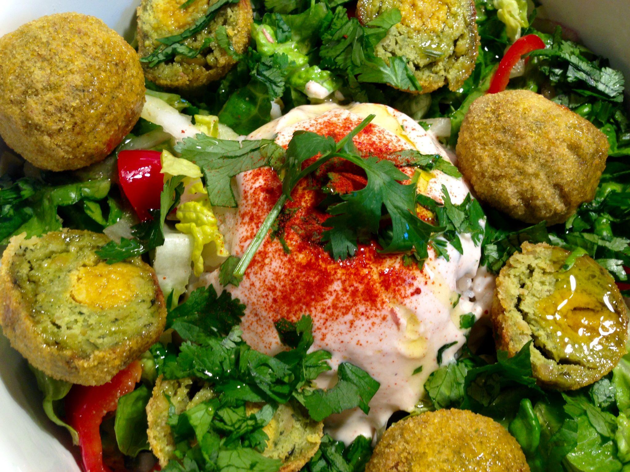 Ein frisches Gericht: Falafel mit Salat