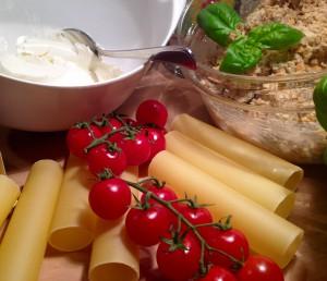 Zutaten Cannelloni Röhren und Tomaten