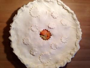 Der Fisch-Gemüse-Blätterteig-Pie muss jetzt in den Ofen
