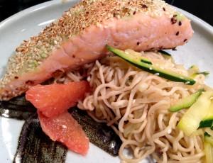 Gebratener Lachs mit Wasabi-Sesam-Kruste mit Ingwer-Zucchini-Nudeln und Grapefruit-Filets