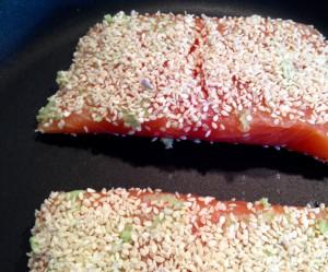 Lachs mit Wasabi, Sesamsaat und Lavendelsalz