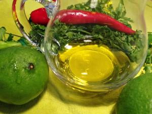 Limetten, Olivenöl, Chili und Koriander