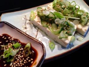 Seidentofu mit Sesam-Gurke und Ahornsirup-Miso-Dip