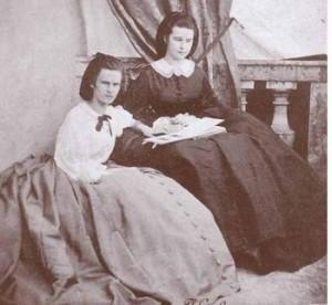 Hélène_(à_gauche)_et_sa_soeur_Sissi