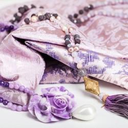 Modeklassiker Etuikleid mit Accessoires in Ultra-Violett
