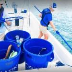 Mitarbeiter beim Fischen nach Plastik